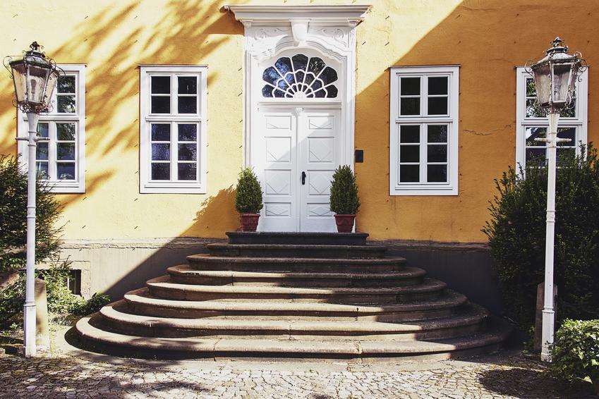 Wejście do domu, a także schody z kostki brukowej lub schody z kostki granitowej