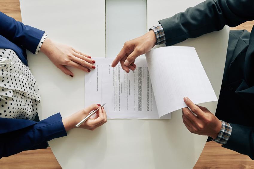 Umowa na stole podczas podpisywania, a także umowa darowizny, akt darowizny, umowa o darowiznę