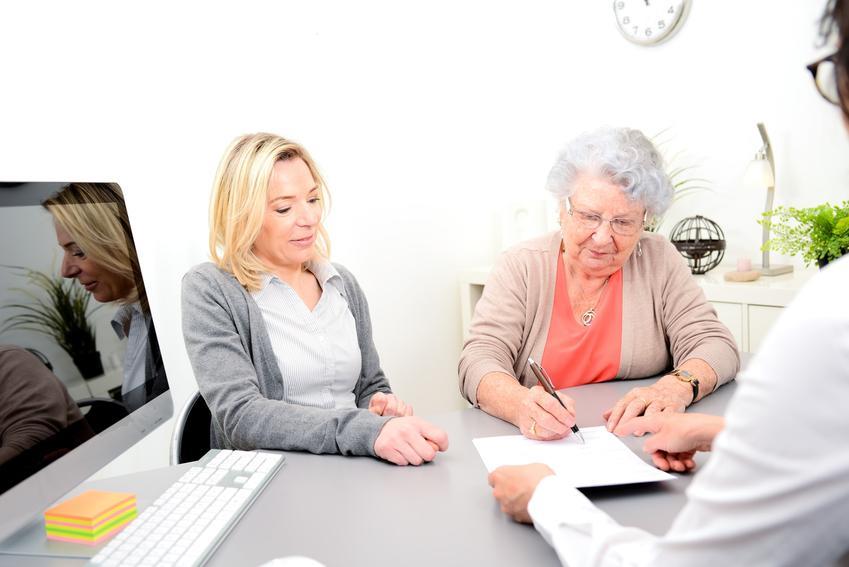 Starsza pani z córką, a także darowizna w rodzinie, podatek od darowizny w rodzinie
