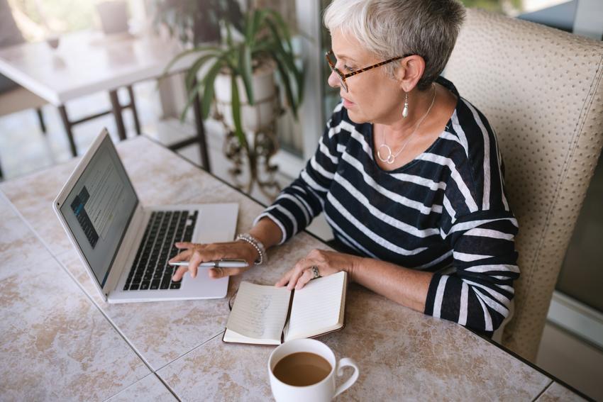Starsza kobieta pracująca przy komputerze, a także ile może dorobić emeryt, ile może dorobić rencista