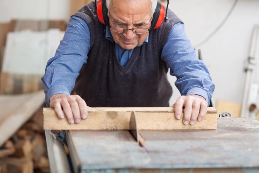 Mężczyzna pracujący w warsztacie oraz ile może dorobić emeryt, ile może dorobić rencista