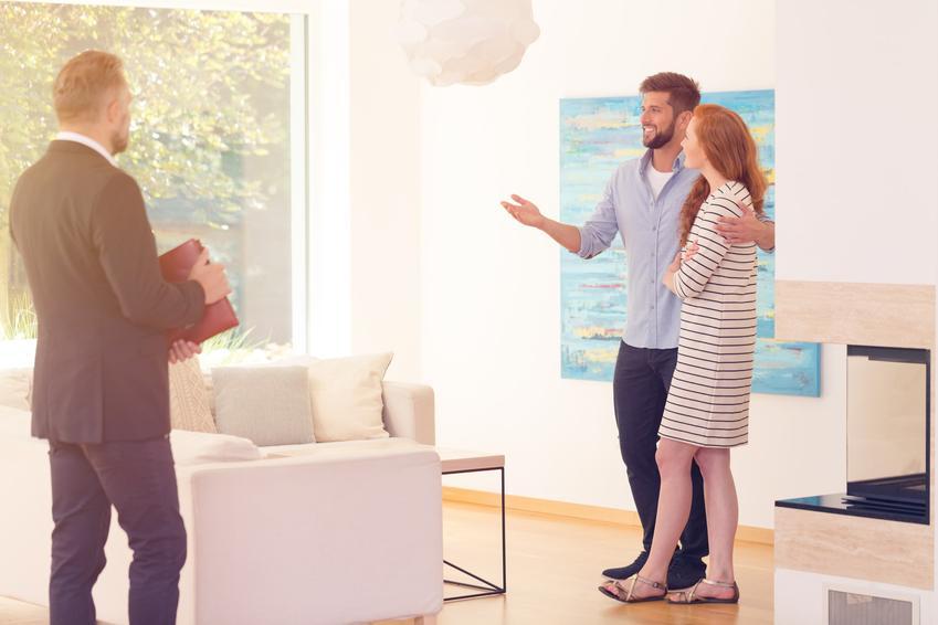 Para oglądająca mieszkanie oraz umowa przedwstępna sprzedaży mieszkania