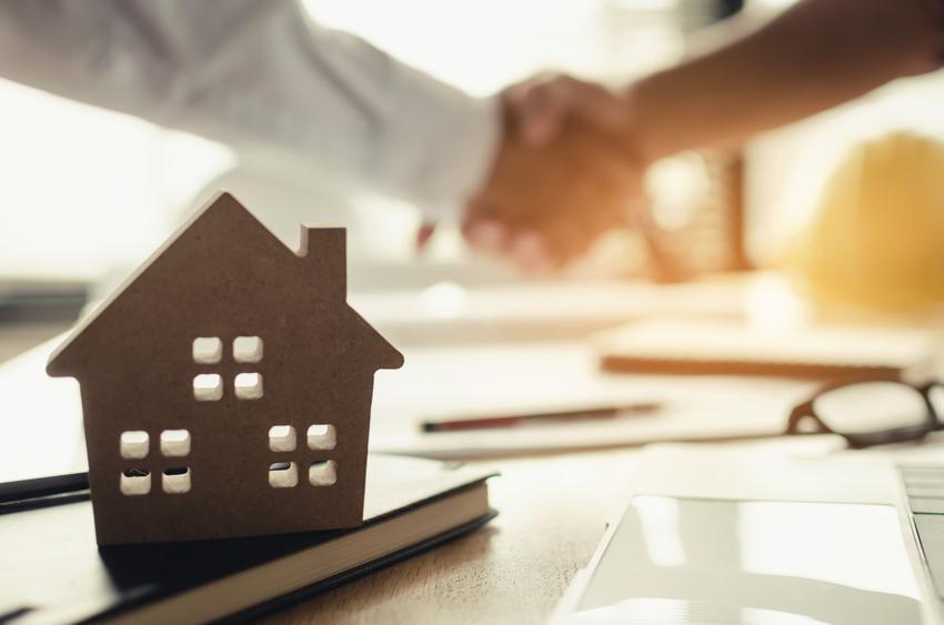 Uściśnięcie dłoni nad umową, a także umowa przedwstępna sprzedaży mieszkania