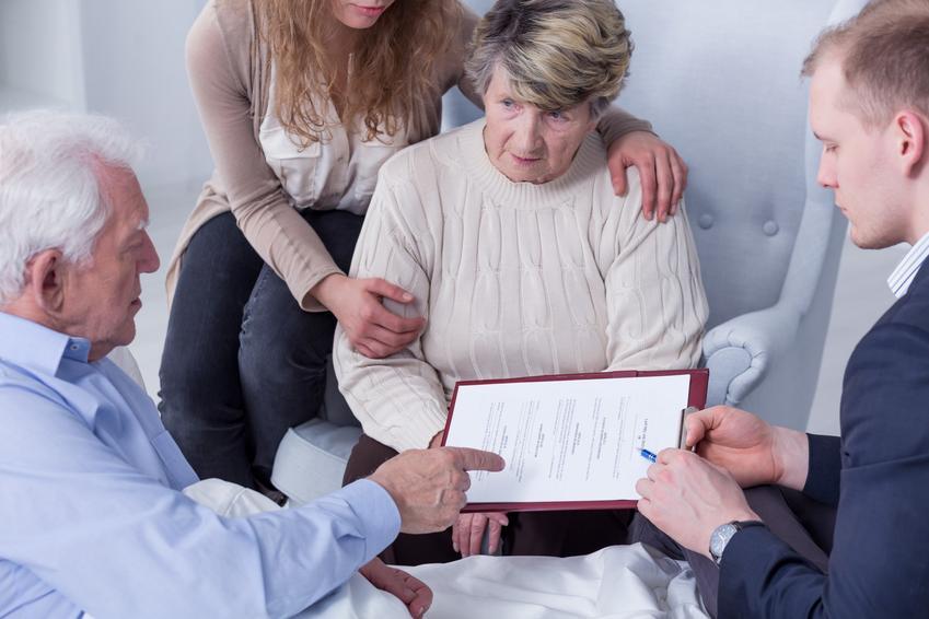 Rodzina podczas spotkania z notariuszem, a także podatek od darowizny od rodziców, darowizna pieniędzy od rodziców