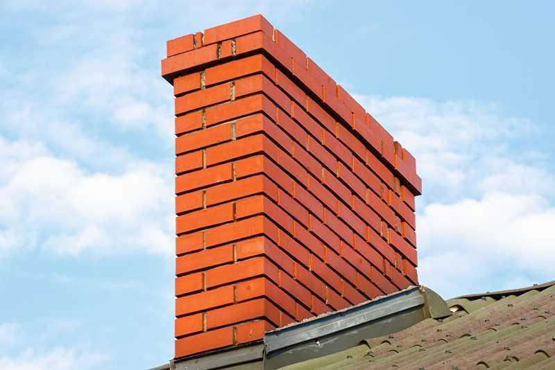 Nowy komin wybudowany z czerwonej cegły, a także uszczelnienie komina krok po kroku, ochrona komina przed niszczeniem