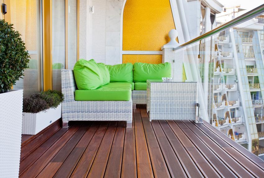 Duży balkon w bloku, a także zadaszenie balkonu, zadaszenia balkonowe i ceny