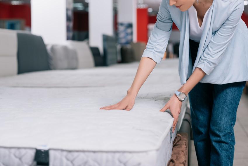 Kobieta wybierająca materac do sypialni w sklepie, a także szwedzkie materace hiding i  cennik
