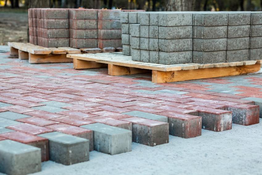 Kostka brukowa podczas układania, a także kostka cementowa i cena kostki chodnikowej