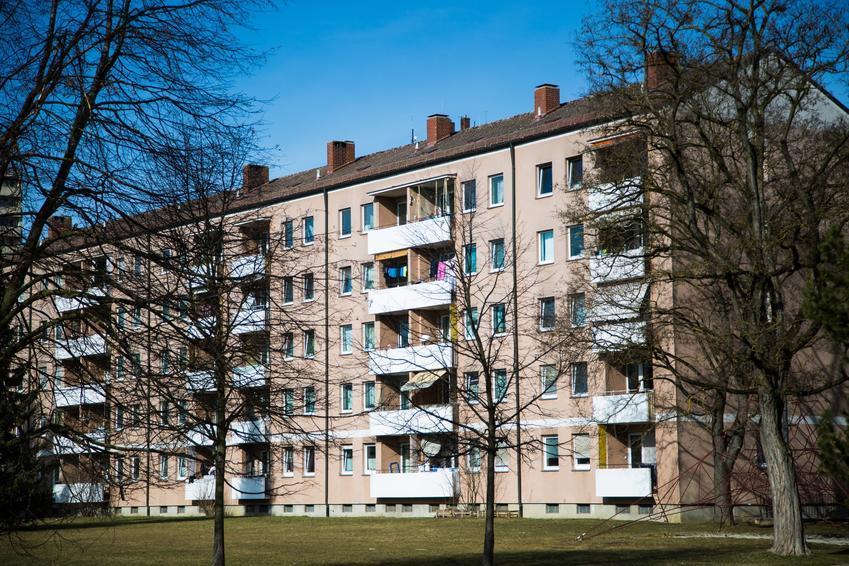 Blok mieszkalny na tle nieba, a także ustawa o spółdzielniach mieszkaniowych, spółdzielnia mieszkaniowa
