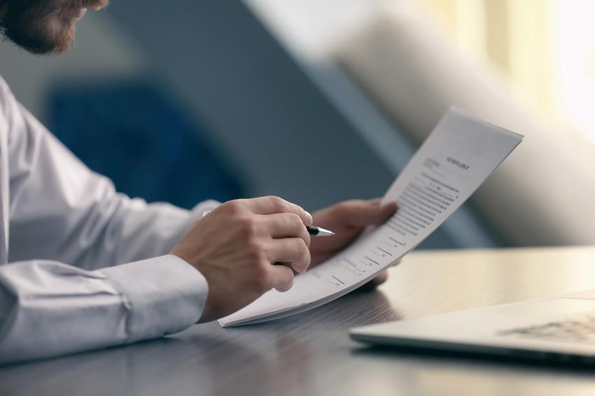 Mężczyzna czytający dokument, a także podatek od darowizny, opodatkowanie darowizny
