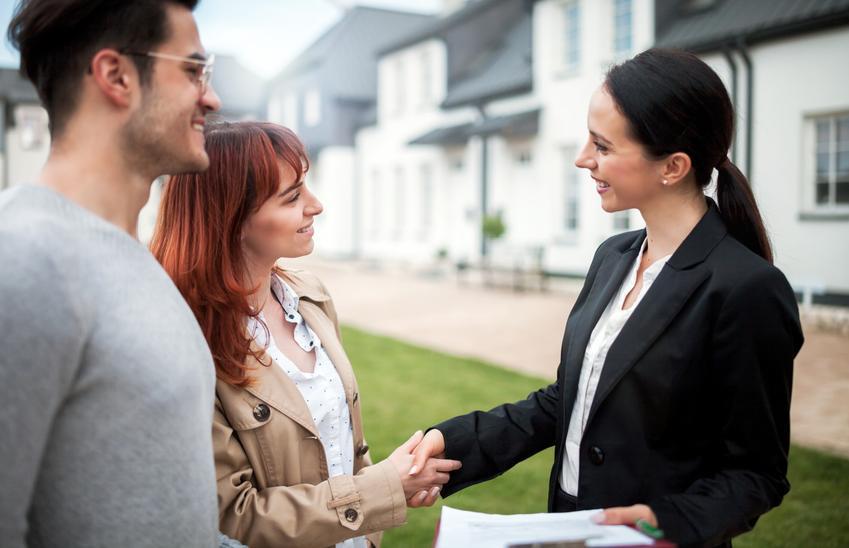 Para przed domem z pośrednikiem, a także umowa przedwstępna sprzedaży nieruchomości, jej forma