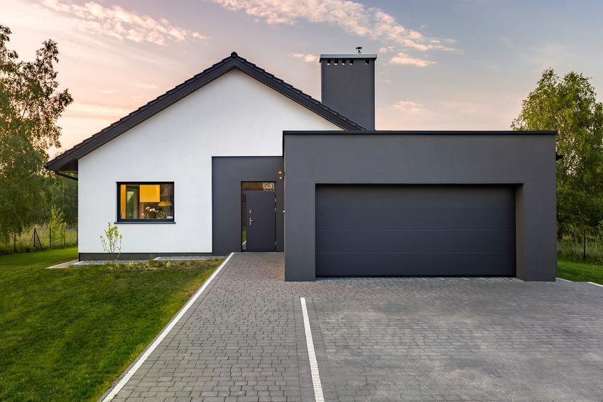 Podjazd do garażu przed domem z kostki, a także projekty kostki brukowej i polecane projekty podwórek