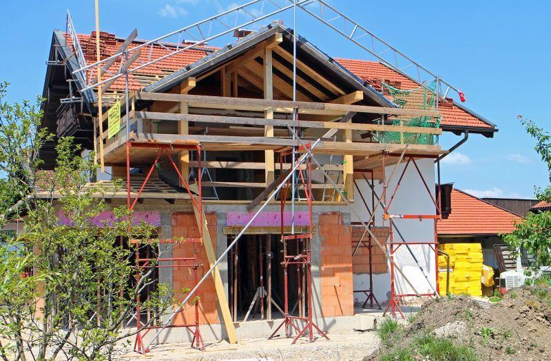 Dom w trakcie budowy, czyli ile trwa budowa domu szkieletowego, z pustaka, z cegły, drewniane, a także czas budowy domu
