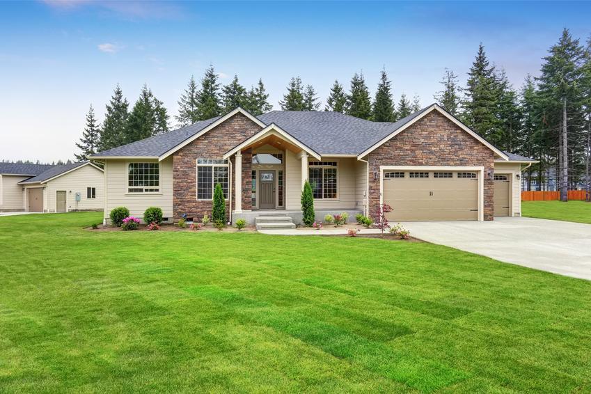 Duży dom z ogrodem i trawnikiem, a także elewacja frontowa, definicja elewacji frontowej budynku
