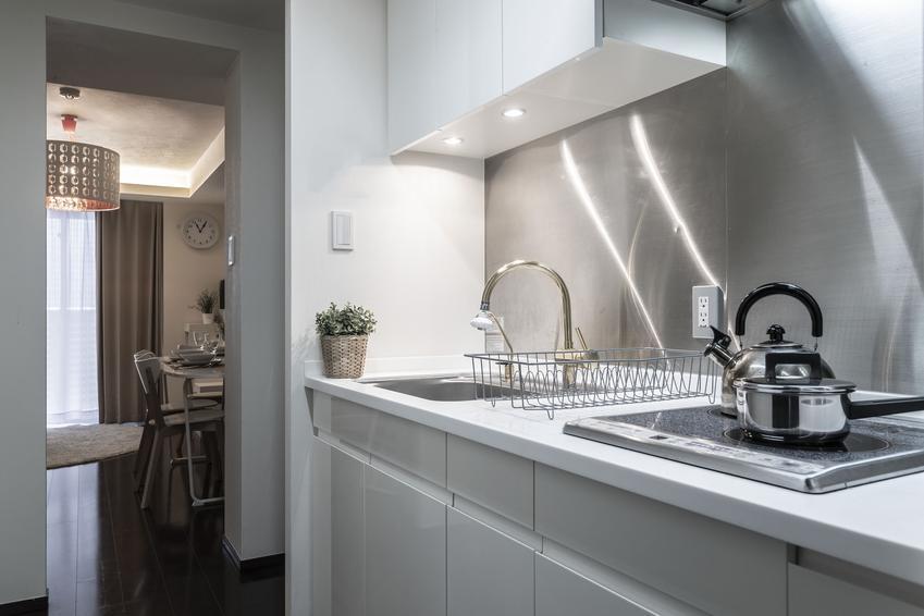 Jasna i nowoczesna kuchnia minimalistyczna, a także inne ciekawe projekty kuchni i aranżacja kuchni