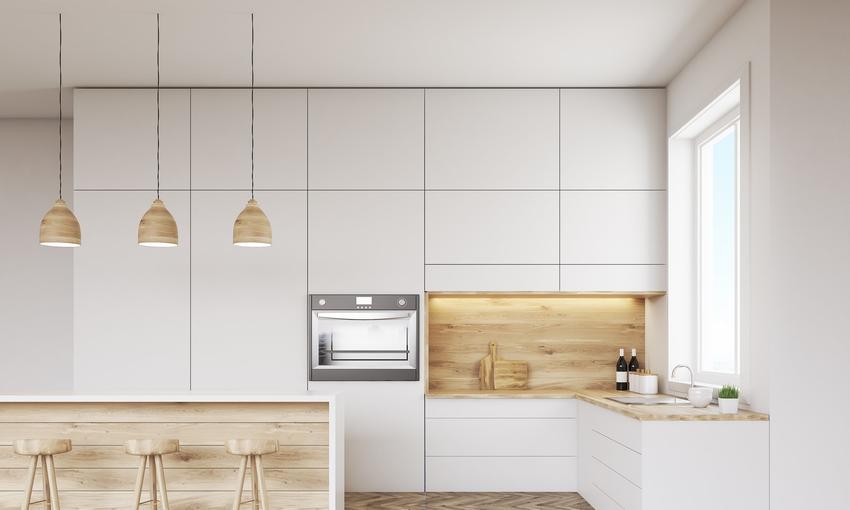 Biała kuchnia z ciepłym oświetleniem, a także inne ciekawe projekty kuchni i aranżacja kuchni