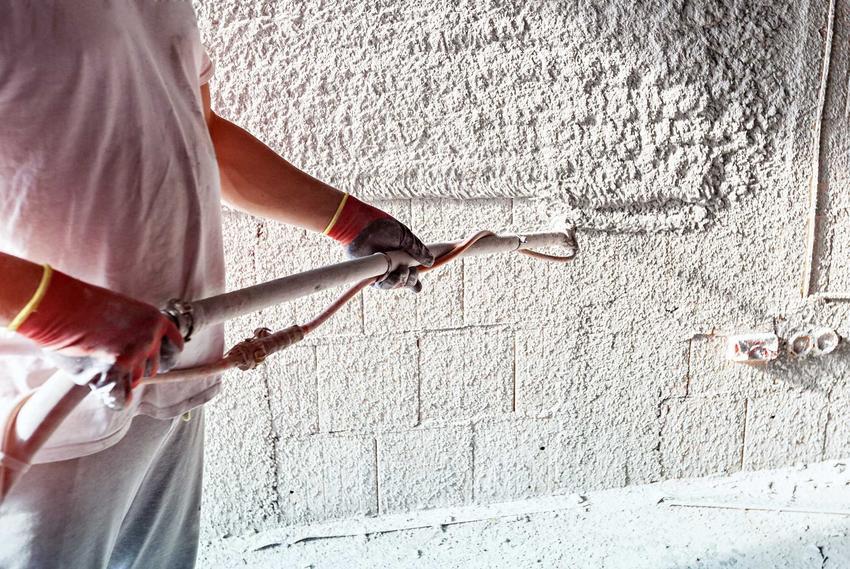 Agregat tynkarski w użyciu przez robotnika nakładającego tynk, czyli rodzaje, ceny, ułatwienie pracy oraz zastosowanie