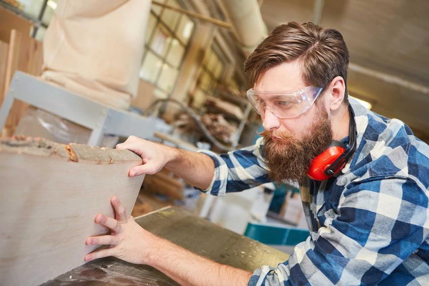 Mężczyzna pracujący na heblarce grubościówce, a także najlepsze ceny, modele i wybór sprzętu