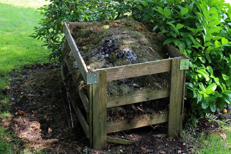Tradycyjny drewniany kompostownik, a także sposoby na to, jak zrobić kompostownik w ogrodzie i sposoby na kompostowanie śmieci