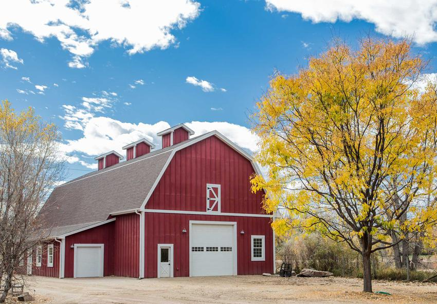 Usytuowanie budynku gospodarczego na działce ma duże znaczenie dla formalności. Nie może być on zbyt blisko płotu czy granicy z posesją sąsiada.