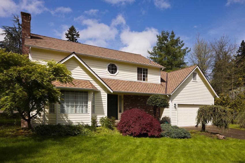 Mały dom parterowy z poddaszem w stylu kolonialnym, a także funkcjonalność, projekty, ceny