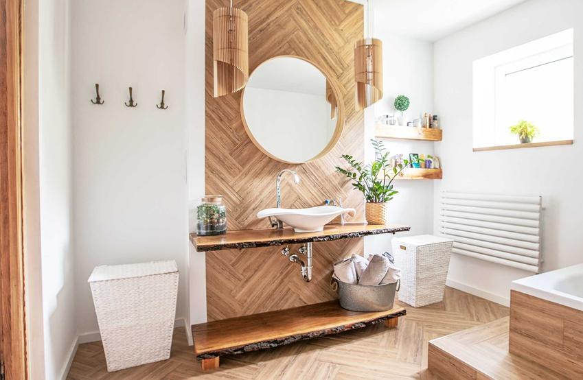 Łazienka w drewnie z białymi ścianami i białymi dodatkami, a także rozwiązania, podpowiedzi, style, aranżacje i dodatki