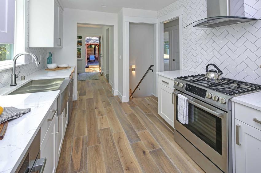 Płytki imitujace drewno na podłodze w kuchni, a także podpowiedzi, ceny, rodzaje, wymiary oraz opinie