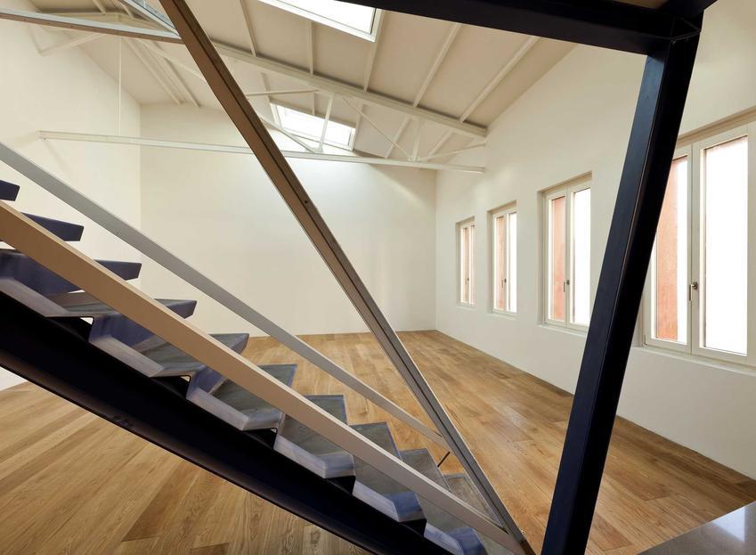 Metalowe schody na poddaszu w pustym pokoju, a także materiały opinie o producentach, montaż, modele