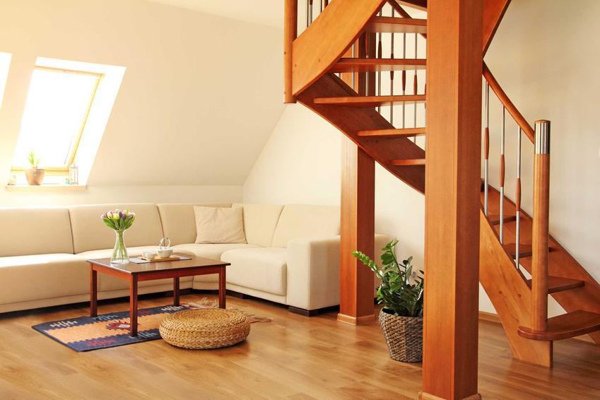 Drewniane łamane schody na poddasze z salonu, a także modele, montaż, materiały, opinie o producentach