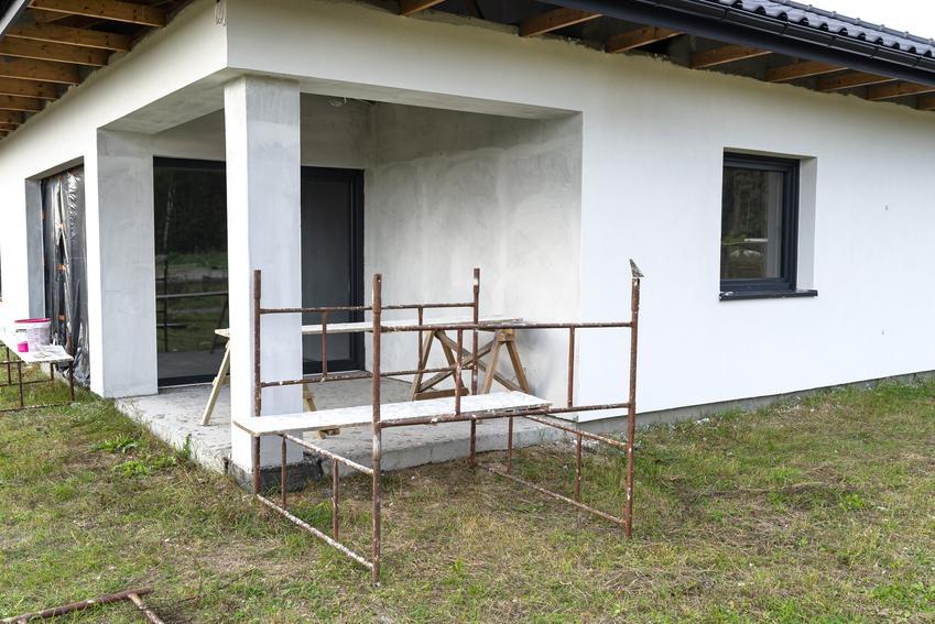 Dom jednorodzinny podczas tynkowania, a także tynk elewacyjny i tynki elewacyjne