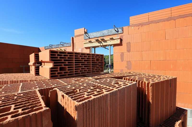 Pustaki do budowania zewnętrznych ścian domu i ścian nośnych na budowie, a także materiały i rozwiązania do budowania ścian zewnętrznych i nośnych