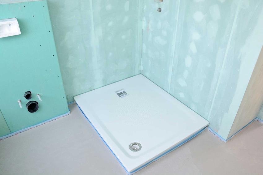 Nowy zamontowany brodzik w pustej łazience, a także samodzielny montaż brodzika w łazience krok po kroku