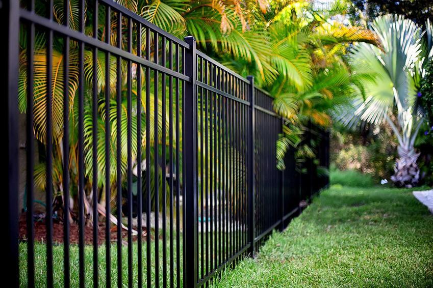 Nowoczesne ogrodzenie aluminiowe w ogrodzie, a także inne nowoczesne ogrodzenia, rodzaje, ceny, materiały, opinie