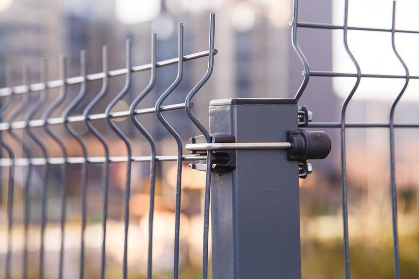 Ogrodzenie z siatki metalowej mocowanej do kwadratowych słupków, a także najlepsze ogrodzenia z siatki, rodzaje i opinie