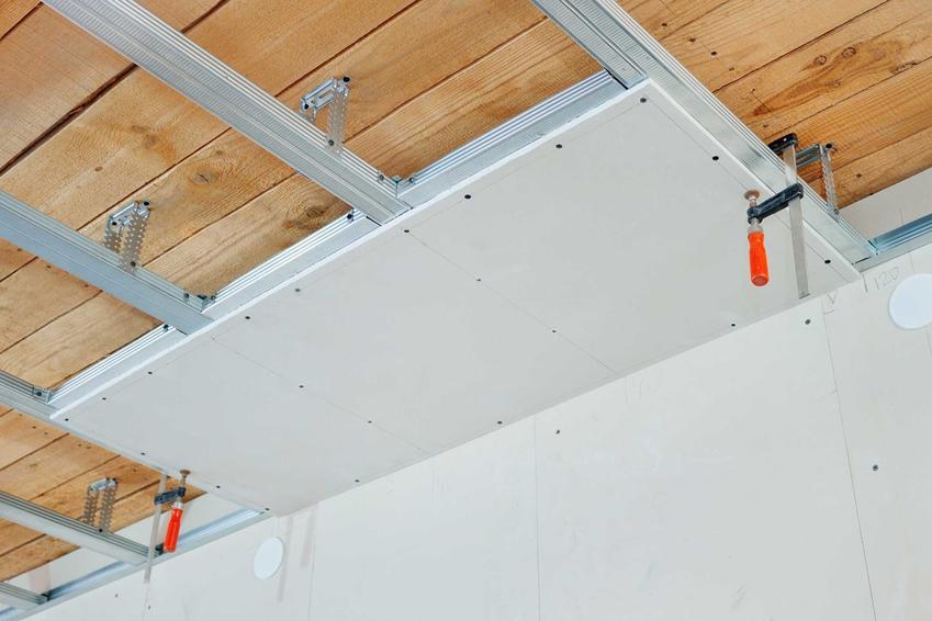 Strop drewniany to świetne rozwiązanie do domów w stylu klasycznym i drewnianych. Zapewnia niezwykły klimat