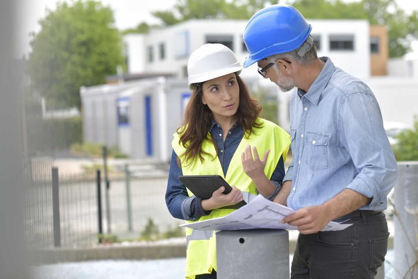 Inwestor rozmawiający z inżynierem budowy na budowie, a także nadzór inwestorski w prawie budowlanym, obowiązki inwestora