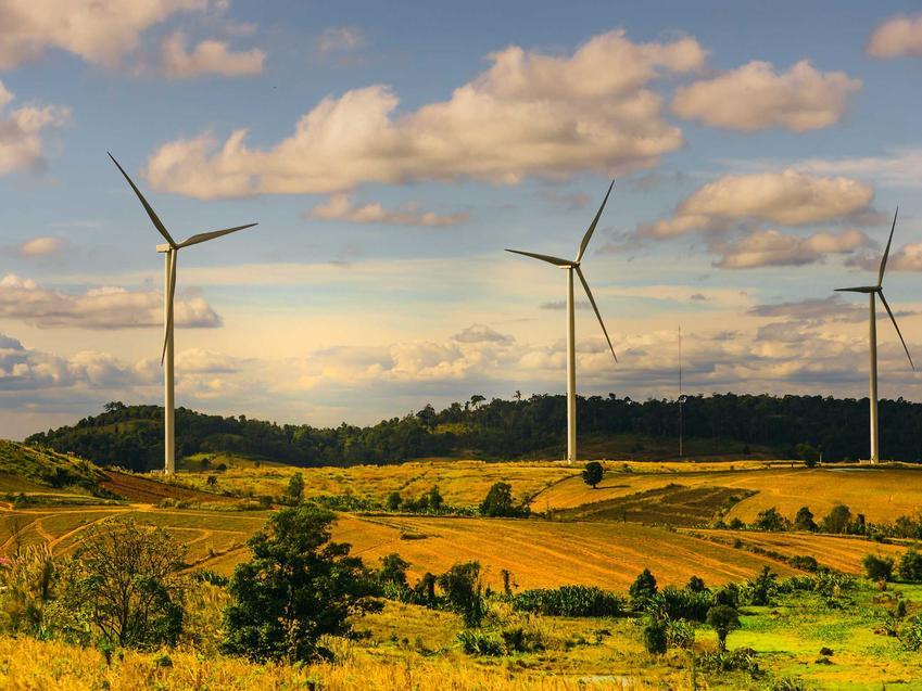 Wiatraki na polach na tle nieba, a także energetyka wiatrowa w Polsce, co warto wiedzieć, opinie, koszty inwestycji, działanie
