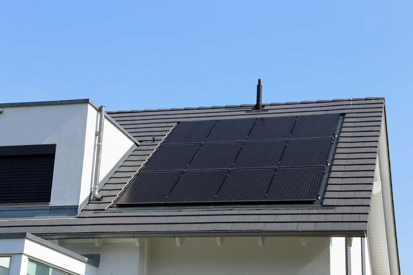 Mikroinstalacja fotowoltaiczna na dachu budynku, a także zastosowanie, inwestycja, koszty, działanie, cena. wydajność, porady