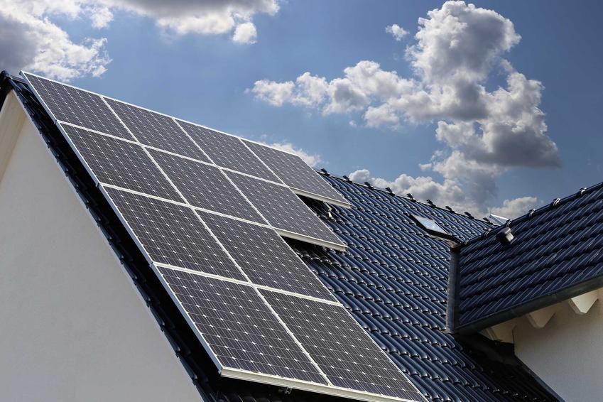 Mikroinstalacja fotowoltaiczna na dachu domu jednorodzinnego, a także koszty inwestycji, działanie, wydajnośćć, zastosowanie miniinstalacji