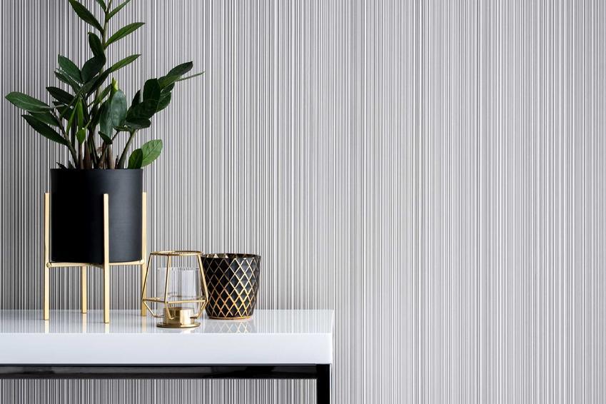 Tapeta na fizelinie winylowa na ścianie w przedpokoju jako tło dla stoliczka z rośliną, a także charakterystyka, sposób montażu oraz zastosowanie