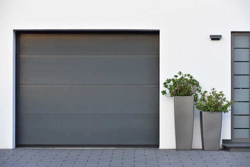 Brama garażowa w garażu przy domu, a także rodzaje, sposoby, modele oraz rodzaj montażu, ceny krok po kroku