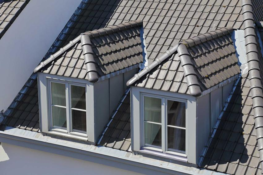 Lukarny dachowe w dachu kilkuspadowym z okienkami, a także sposoby montażu, opinie użytkowników, cena oraz zastosowanie