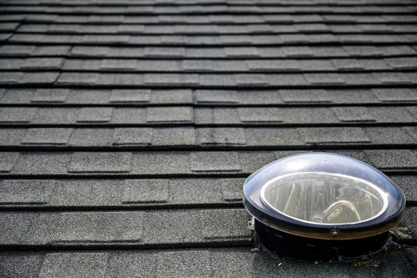 Świetlik dachowy rurowy na dachu wyłożonym gontem bitumicznym, a także rodzaje, producenci, ceny oraz sposób montażu