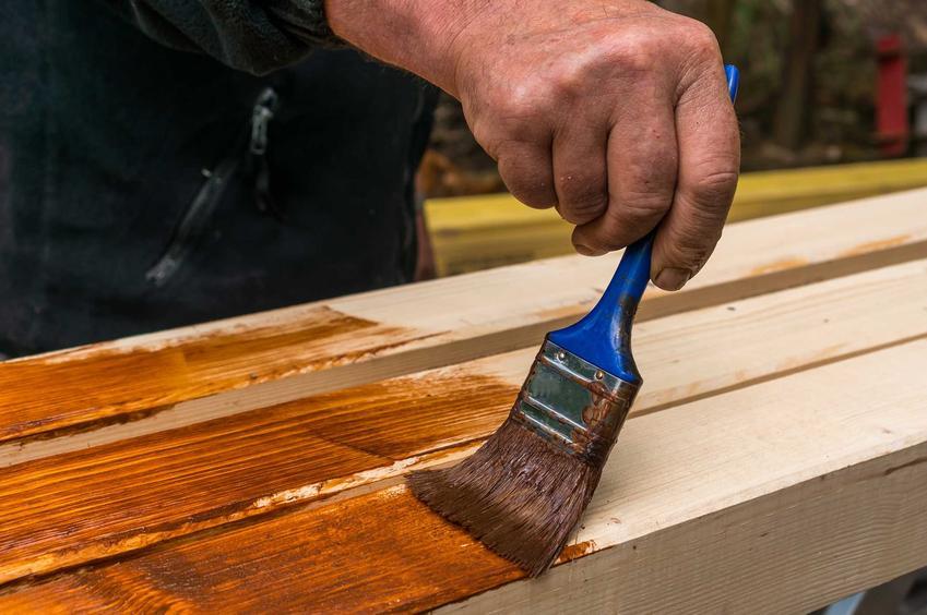 Impregnacja drewna przygotowanego na ławkę środkiem grzybobójczym, a także najlepsze preparaty, zastosowanie, sposoby i metody, porady