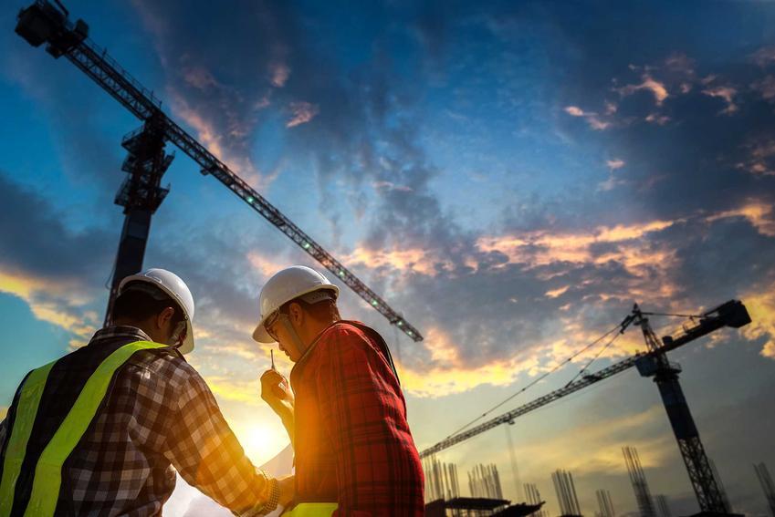 Mężczyźni na budowie zajmujący się budową przemysłową, a także wykonawcy oraz porady