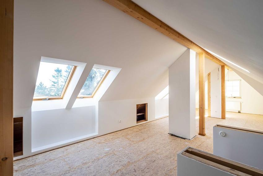 Okno dachowe z perspektywy poddasza, a także producenci, ceny oraz rodzaje okien dachowych