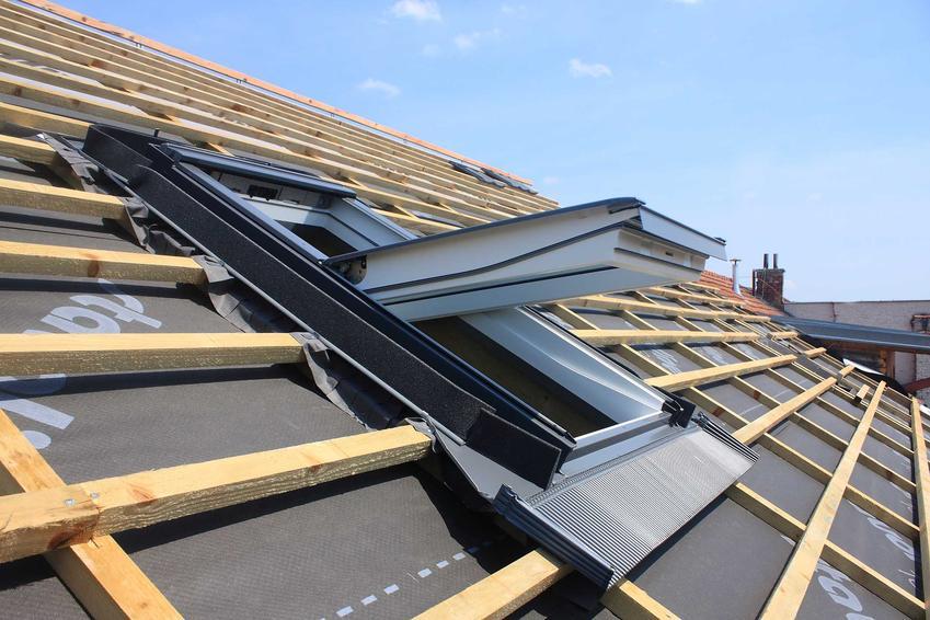 Okno dachowe w dachu domu jednorodzinnego, a także rodzaje, ceny oraz producenci okien dachowych