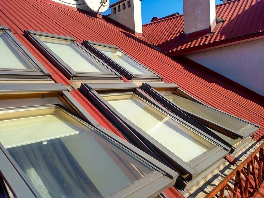 Obróbki blacharskie wokół okien dachowych czyli opierzanie, a także na czym polegają obróbki blacharskie