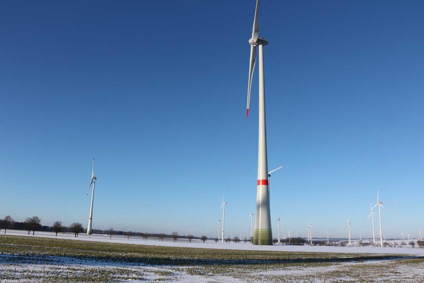 Elektrownia wiatrowa, czyli wiatraki na pokrytym śniegiem polu, a także informacje, zastosowanie, lokalizacje oraz opłacalnosć
