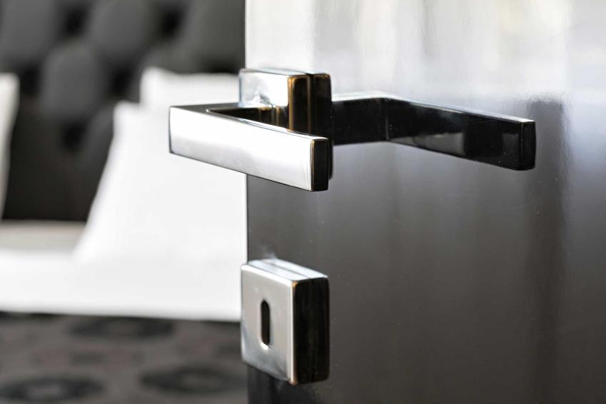 Stalowe drzwi zewnętrzne uchylone, a także modele drzwi, najlepsze sposoby montażu, rozwiązania oraz producenci i modele